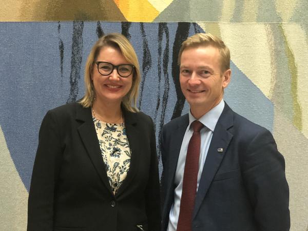 Inger Elisabeth Sagedal sammen med Helge Orten, leder av Transport- og kommunikasjonskomitéen på Stortinget