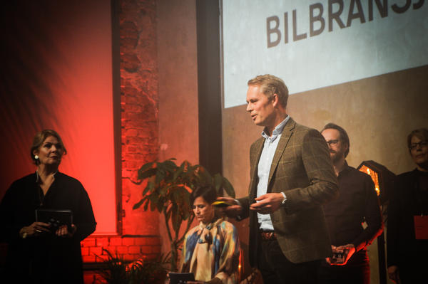 Pål Petersen, direktør for Kundetjenester i Bertel O. Steen, tar imot DOGA-prisen for beste tjenestedesign