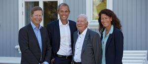 Terje Bernton, regionsdirektør, og Marius Hayler, adm. direktør i Bertel O. Steen Detalj med Kjell Åge Skyttermoen og Ingvild Skyttermoen, nåværende eiere av Lillehammer-Bil AS