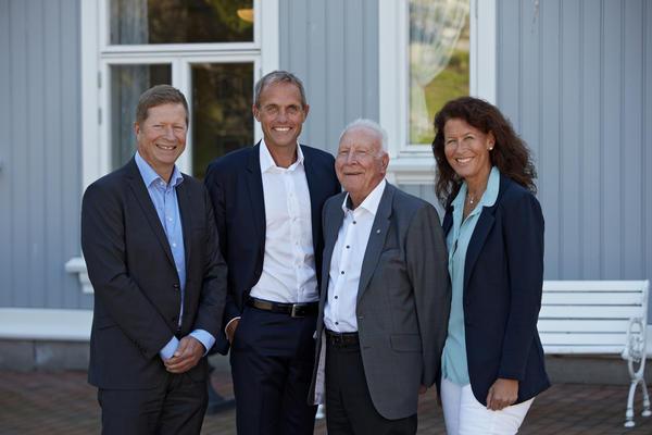 Regionsdirektør Terje Bernton og adm. direktør Marius Hayler fra Bertel O. Steen Detalj AS og Kjell Åge Skyttermoen og Ingvild Skyttermoen, nåværende eiere av Lillehammer-Bil AS.