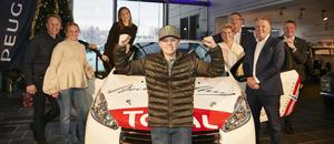 Oliver Solberg fikk overrakt sin nye løpsbil, en splitter ny Peugeot R2, fra Bertel O. Steen/PSA Norge 21. desember