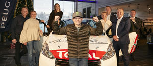 En glad Oliver Solberg mottok sin nye løpsbil Peugeot R2 fra Bertel O. Steen/PSA Norge 21. desember