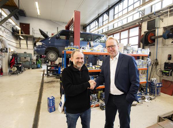 John Myhre og Morten Harsem under avtaleinngåelsen om Snap Drives oppkjøp av Byåsen Bilverksted